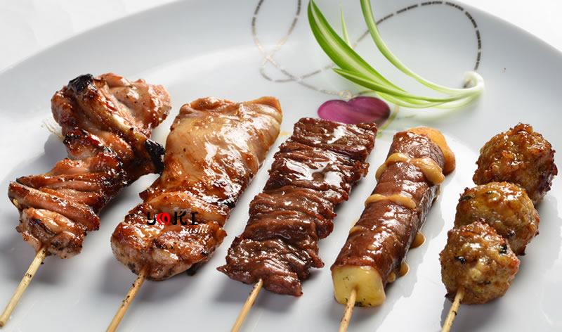 <b>MENU E</b>  Soupe,salade,riz |5 Brochettes:1 poulet,1 aile de poulet,1 boeuf,1 boulette de poulet,1 boeuf de fromage |   <b>9,90 €</b>