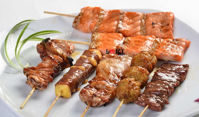 <b>K</b>  Soupe,salade,riz |7 Brochettes:1 poulet,1 aile de poulet,1 boeuf,1boulette de poulet,1 boeuf au fromage,2 saumon |   <b>13,80 €</b>